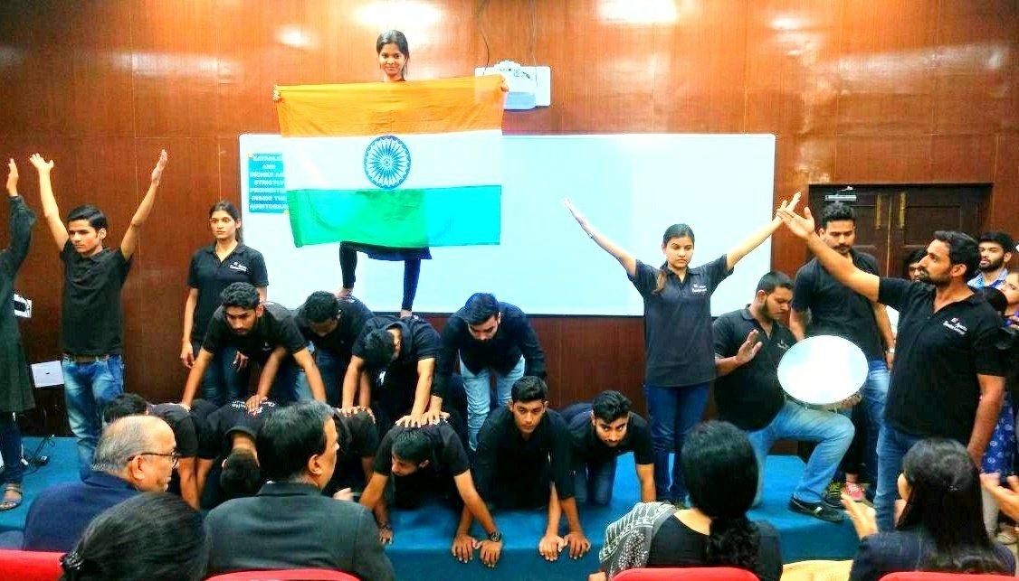 Energeti actors! Energetic audience! Amazing show! #AsmitaTheatre performed #NainaKiKahani #Streetplay dir. by #ArvindGaur sir &amp; Concept by #RahulKhanna at #KMC college #DU #DelhiUniversity #Theatre4change #Theatre4Society #Theatre4awareness #NukkadNatak #Delhi #UjjawalChaurasia<br>http://pic.twitter.com/46Q1OxP3g2