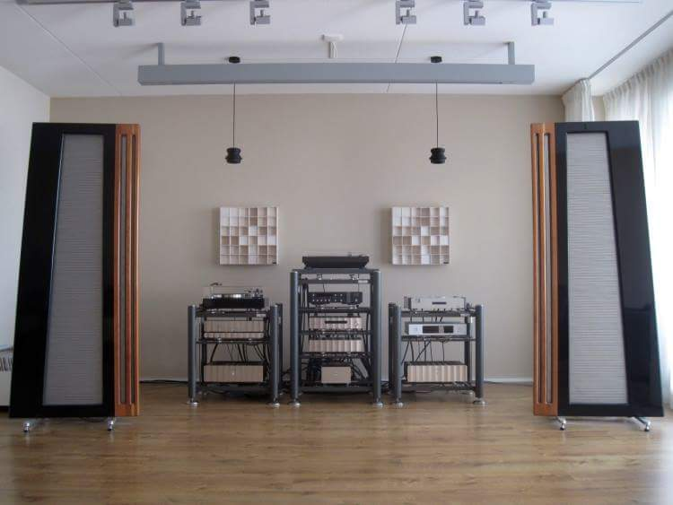 A nice setup with #Apogee Diva Magnetostatic #Speakers, #Thorens and #Pioneer #turntables, #JeffRowland electronics, #Aurender, #Wadia, #Artesania ...<br>http://pic.twitter.com/uLJwiog1kR