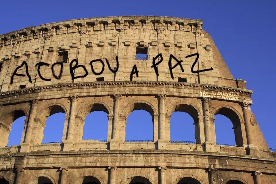As paredes do Coliseu amanheceram pichadas nesta manhã em Roma, na Itália.