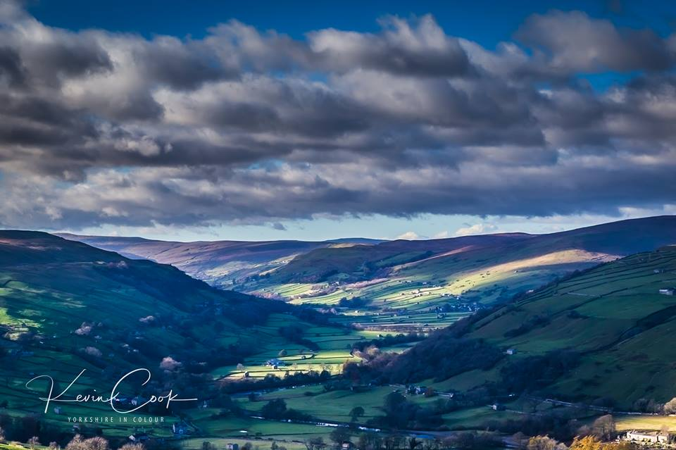 This was the view from the little bench at the top of the road into #askrigg looking down into #Gunnerside #Beautiful<br>http://pic.twitter.com/TGvqIj6pmi