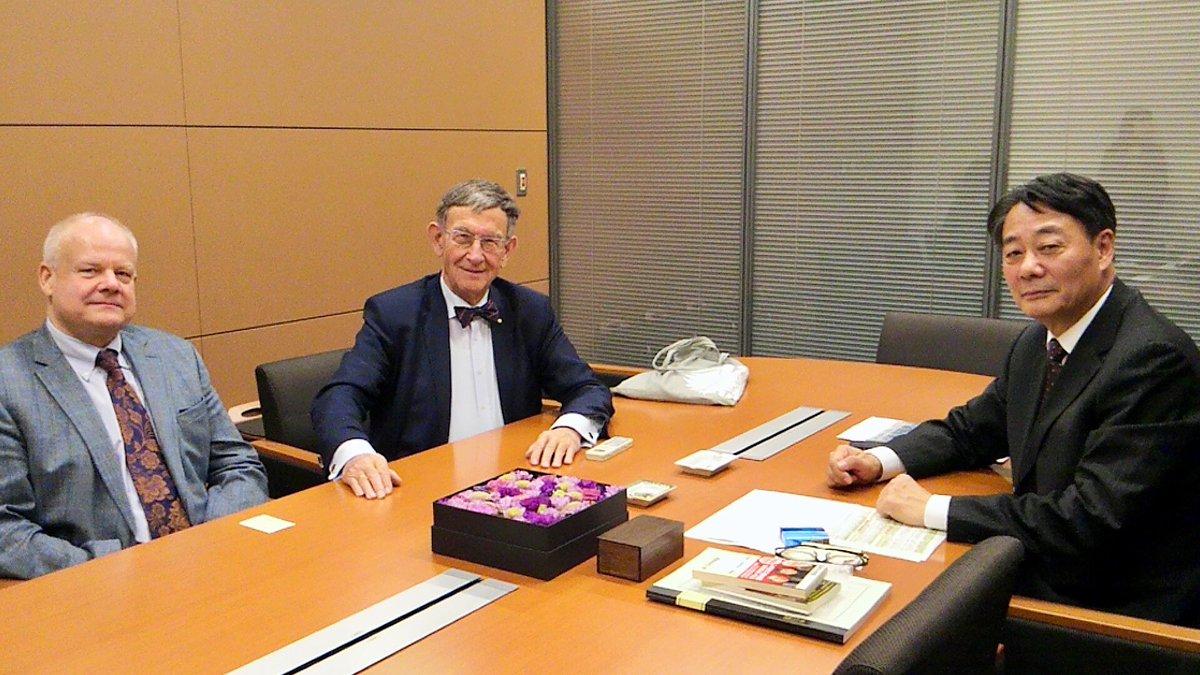 旧知のドイツ連邦議会前議員ハインツ・リーゼンフーバー氏が議員会館を訪ねてくれました。 私が経済産業大…