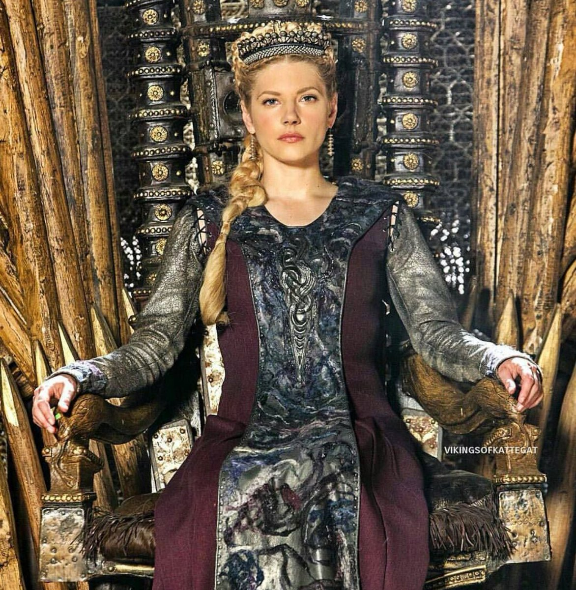 Sneak peak of Lagertha in Season 5.  Premiering Nov 29th. Who&#39;s ready?  #Vikings <br>http://pic.twitter.com/HAg1TpCwxN