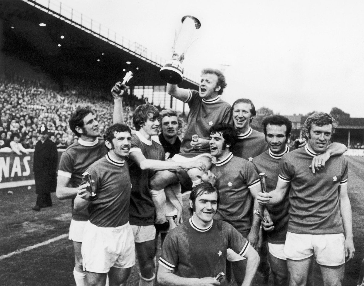 #LeedsUnited players celebrate the victory of Inter Cities Fairs Cup wearing the jerseys of #Juventus King #BillyBremner lift the trophy 1971 Final Second Leg #EllandRoad @OldFootball11 @footballmemorys @FootballArchive @MartinMarty1974 @TheSquareBall @LUFC<br>http://pic.twitter.com/B09WG0sgoY