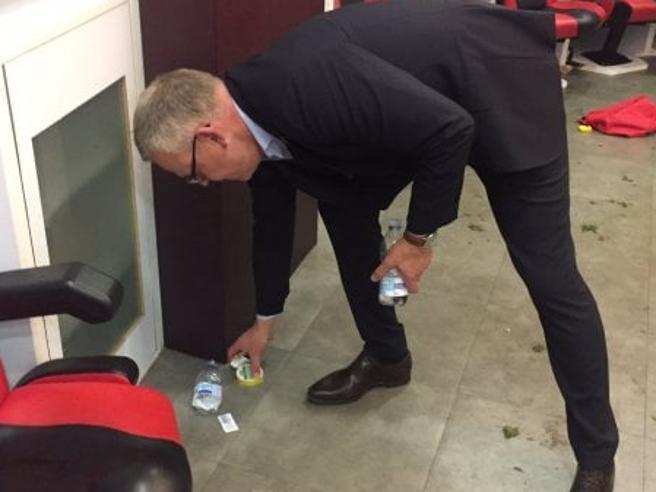 L'allenatore della Svezia pulisce  lo spogliatoio di San Siro dopo il trionfo https://t.co/IgKRSXgnFM