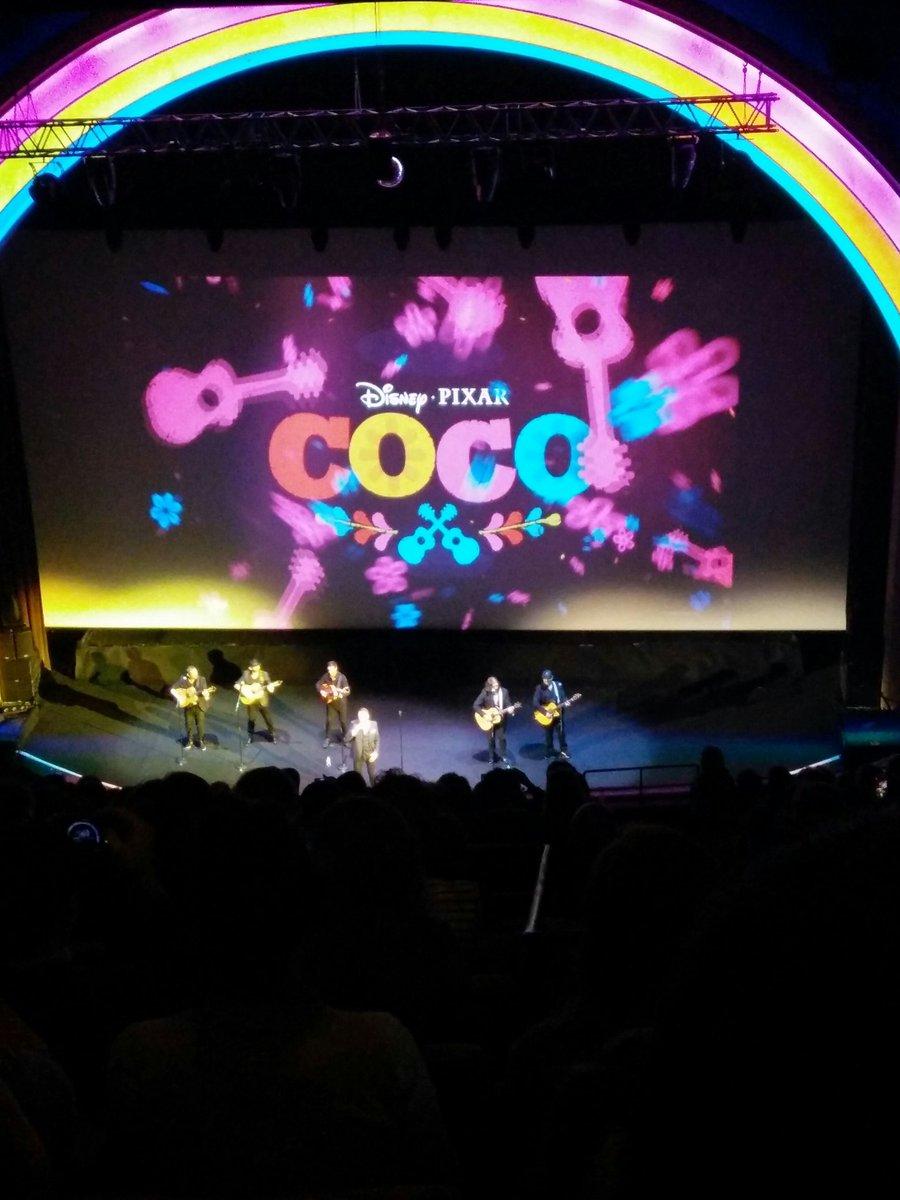 Petit concert à la fin de la première de @pixarcoco @LeGrandRex ! 👏👏👏 Film sublime ❤ en salles le 29 novembre 💀 #Coco #Pixar