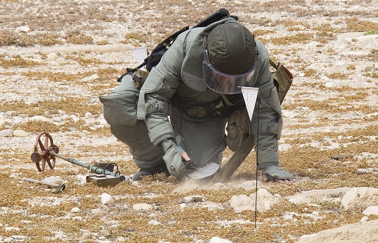 #Russian and #Syrian mine disposal teams have finished work to clear mines from the #Syrian City of #DeirEzzor,have examined 1,238 hectares of land in the city and the Surroundings and 246 KM of roads,destroying almost 45.000 explosives.#Russian reconciliation center. <br>http://pic.twitter.com/aIjvFZzlbr