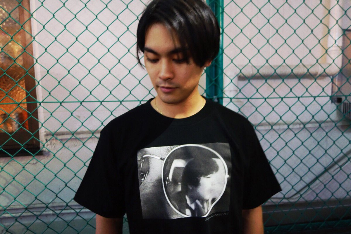 黒色Tシャツを着ている柳楽優弥