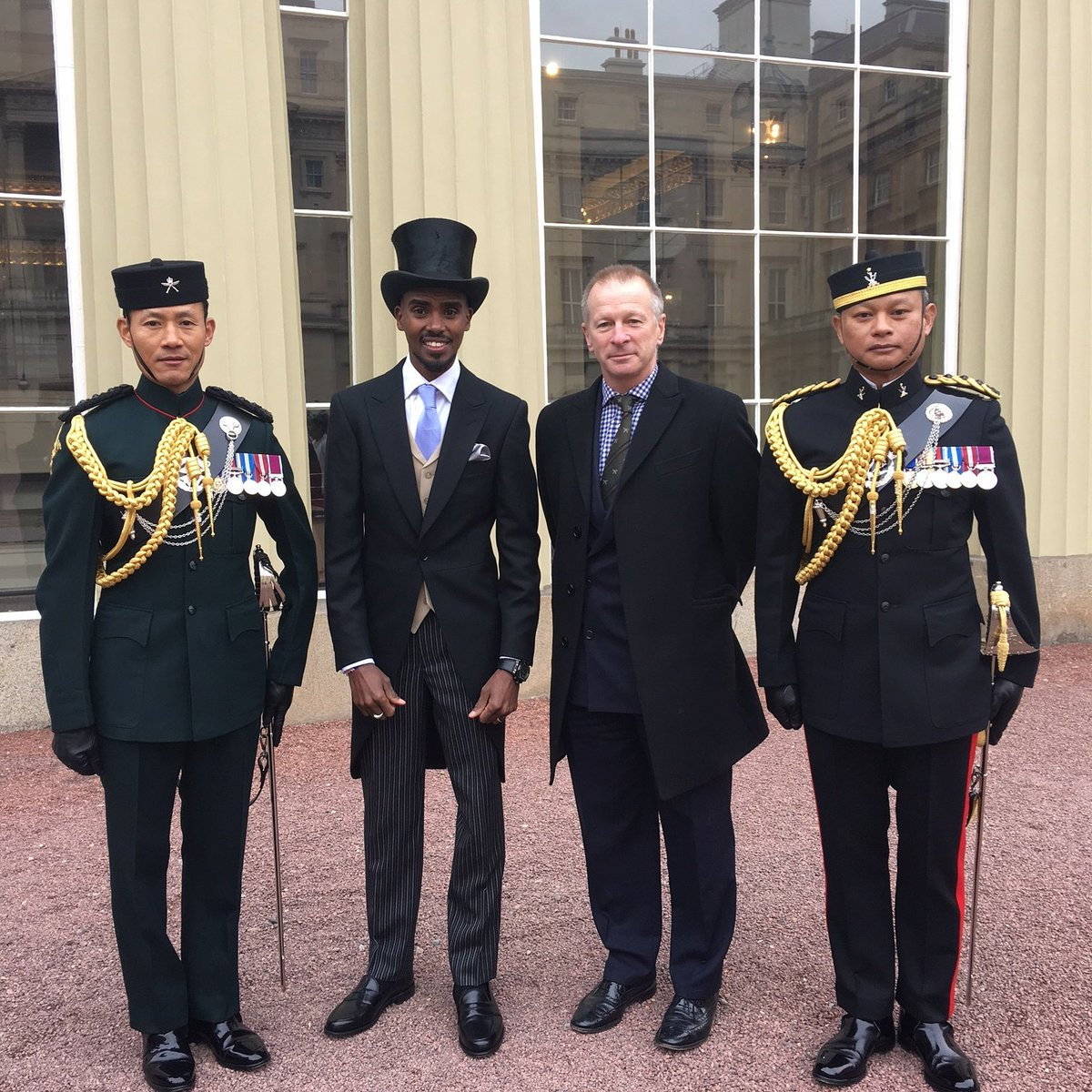 Sir Mo Farah seen here at Buckingham Palace yesterday with Colonel Brigade of Gurkhas and the Queen&#39;s Gurkha Orderly Officers. #Farah #Mo #Gurkha #knighthood<br>http://pic.twitter.com/hnYXKX1fZW