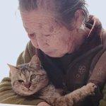 うちのおばあちゃんは92歳 猫好きでよく家に猫を捨てられます。 ボロボロになった猫ちゃんも年金を崩し治療、避妊、去勢してあげ保護してあげてます。 私がハンドメイドを始めイベントで売りに行く時、猫の缶詰代の足しにしたいからとコースターを作ってるのですが凄く可愛く綺麗だから見てほしい