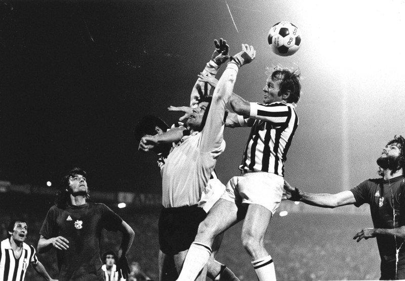 goalie #HeinzStuy anticipates  #JoséAltafini in the #EuropeanCup final 1973 #Ajax won 1-0 v. #Juventus #JohnnyRep scores the winning goal @OldFootball11 @footballmemorys @FootballArchive @SuperbFootyPics @facciacalcio @PilkawHolandii @JohanCruyff @goalkeepersdiff @PortieriSiNasce<br>http://pic.twitter.com/UW8yFItoqj