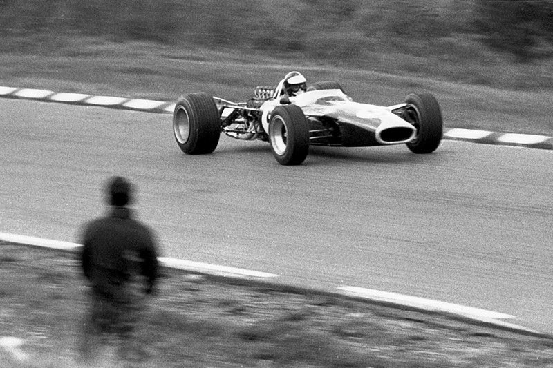 What a fantastic pic of Jim Clark during the 1967 US Grand Prix at The Glen.  @F1 @ClassicLotus @JimClarkTrust  #F1 #USGP #TeamLotus #Scotland #Motorsport<br>http://pic.twitter.com/V4bZxk8AhP