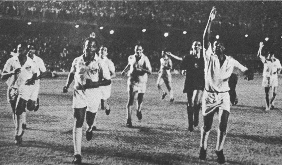 Em 1963, perante um público pagante de 120.421 espectadores, o Santos se sagrava Bicampeão Mundial ao vencer, no Maracanã, a equipe do Milan, pelo placar de 1 a 0, gol de pênalti marcado pelo lateral Dalmo! #MemóriaSFC