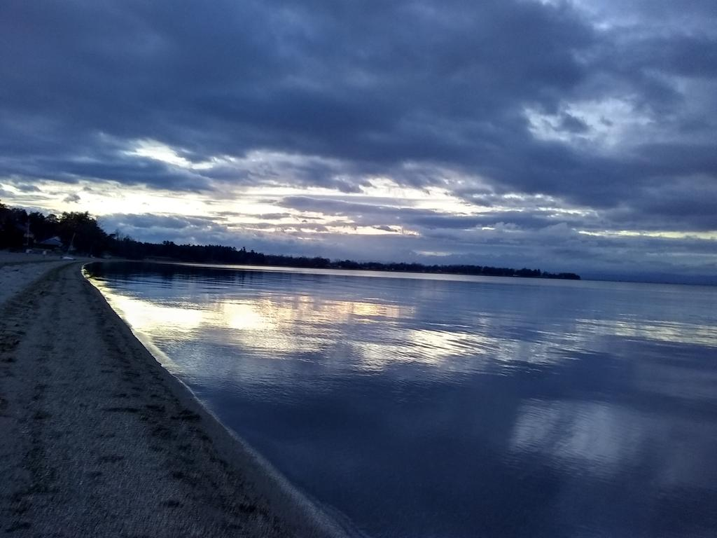 Turned out to be a gorgeous day in #Btv &amp; Colchester.  Must have hit 50F!  Thayer Beach #Vermont <br>http://pic.twitter.com/caJlPiphlr
