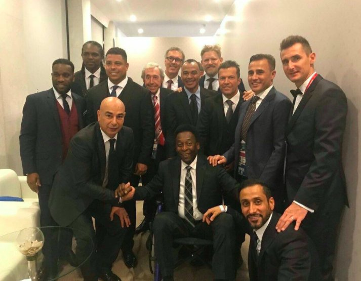 🦁 Banks  🇮🇹 Cannavaro 🇩🇪 Matthaus 🇸🇦 Al-Jaber 🇫🇷 Blanc 🇧🇷 Cafu 🇳🇬 Okocha 🇪🇬 Hassan 🇳🇬 Kanu 🇧🇷 Pele  🇧🇷 Ronaldo 🇩🇰 Schmeichel 🇩🇪 Klose   Too many legends in one photo 😍📸