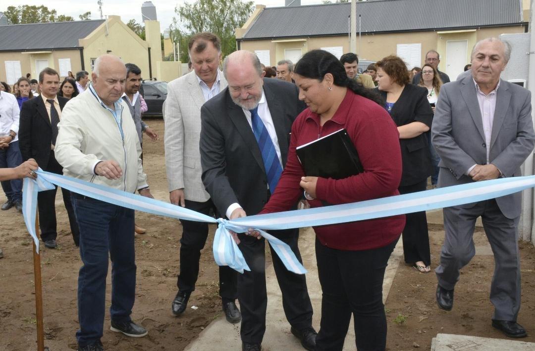 Macachín | Verna encabezó la entrega de 31 viviendas