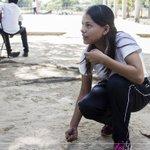 Visitamos la comunidad de durango en el municipio de #Arriaga, #Chiapas y nos dio mucho gusto ver que las chicas juegan a las canicas durante el receso, aquí muchos estudiantes no poseen un #smartphone por lo que su interacción es más directa y comunitaria ¿Qué opinan?
