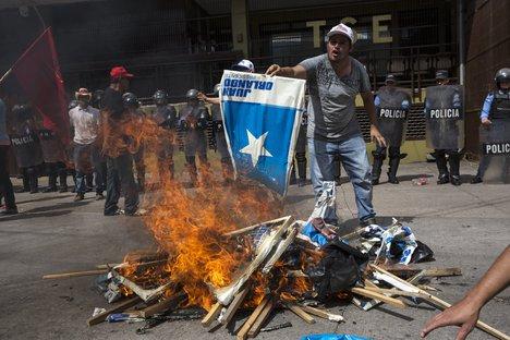 .#Honduras Struggles Through Political #Crisis As Protesters Claim #ElectoralFraud  https:// wn.com/a/m0tV7Xah  &nbsp;   #Nasralla #Hernandez #Protest #CentralAmerica #Tegucigalpa<br>http://pic.twitter.com/nHXRrzIeDJ