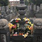 水木しげるの命日、ゲゲゲ忌。水木のお墓はたくさんのお花に囲まれています。 pic.twitter.c…