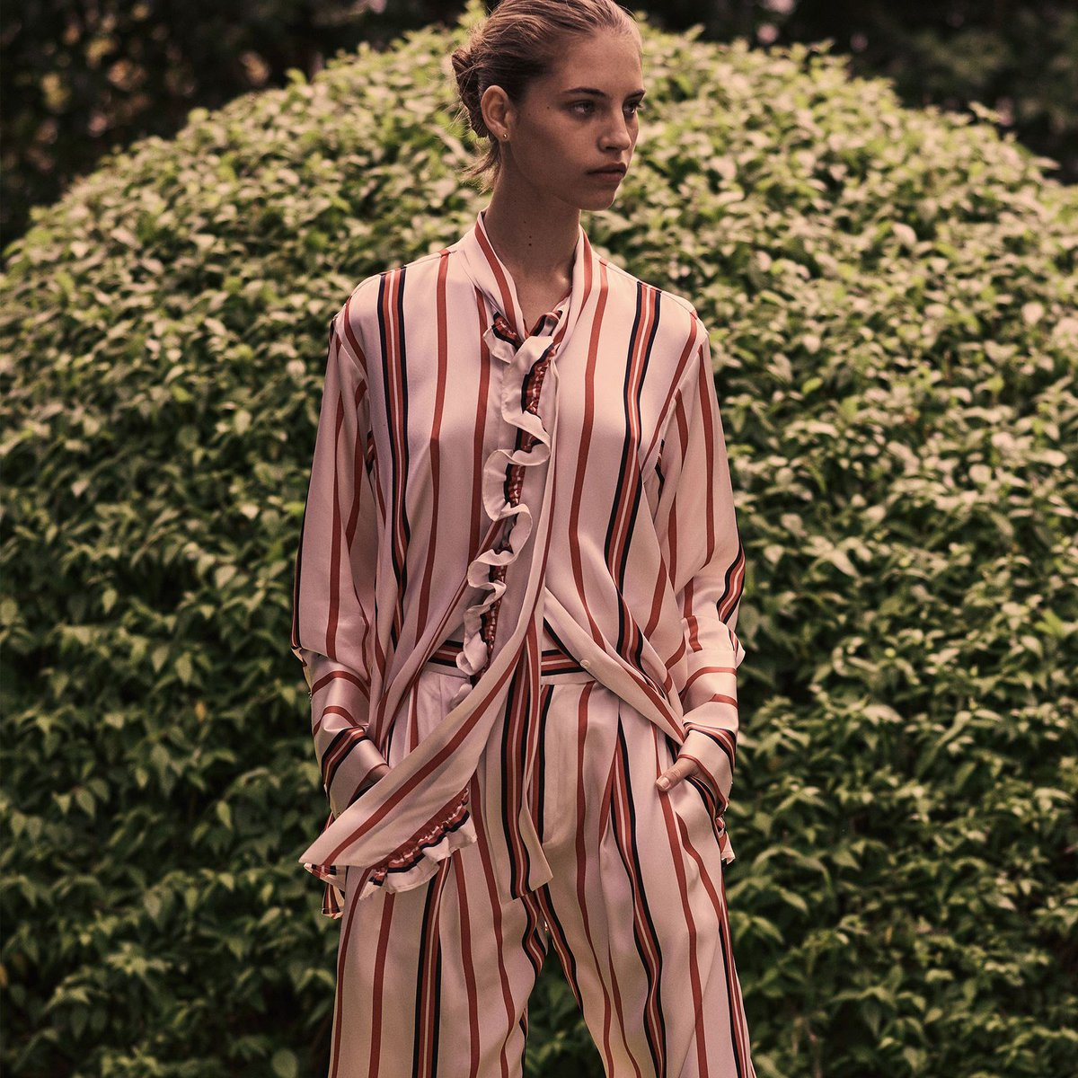 The pre-fall season is in, Maggie Marilyn is combining sport and finery #prefall18 #maggiemarilyn #fashion #prefall #collection #lookbook #ruffle #stripes #silk #shirt https://t.co/NbQBXjJpCu