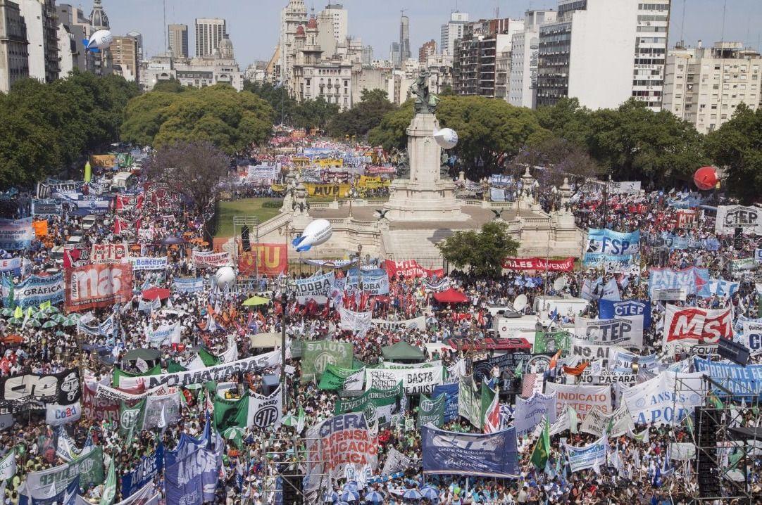 Con duras críticas al Gobierno, el moyanismo y las CTA marcharon contra la reforma laboral y previsional