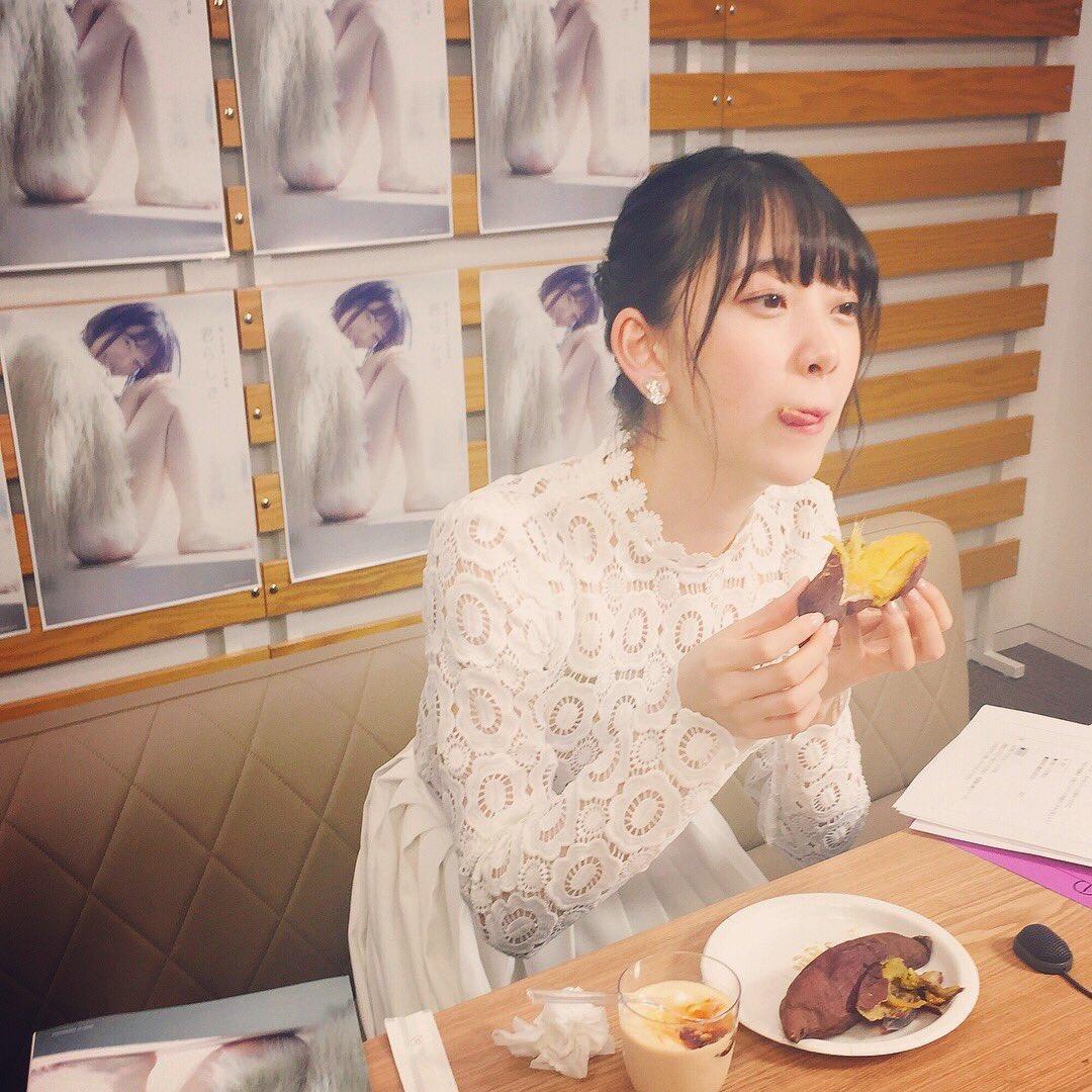 顔の肌がきれいな山崎怜奈さん