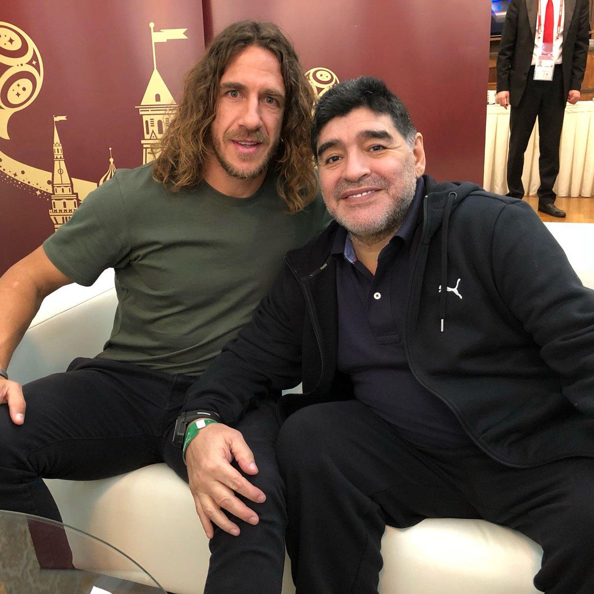 Junto a Maradona, una de las grandes leyendas del fútbol. Me ha gustado nuestra charla sobre la pasión que tenemos por este deporte. Interesante y divertida. Que pena no haber coincidido contigo en el terreno de juego.