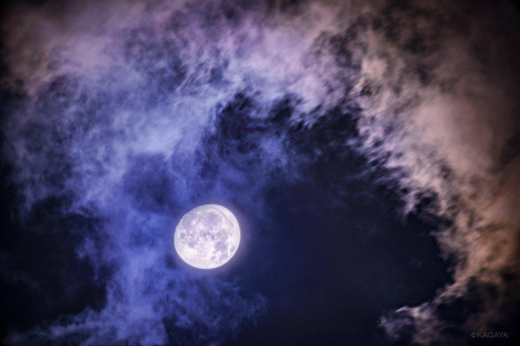 空をご覧ください。高く小望月が輝いています。 こちらでは月のまわりを通る雲が微かに色づいています。(今東京にて撮影) 今週もお疲れさまでした。おだやかな週末になりますように。