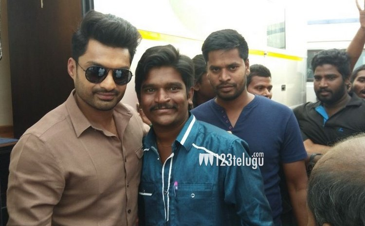 Photos: Fans meet #Kalyanram on the sets of &#39;#MLA&#39;   https:// gallery.123telugu.com/content/slides hows/Movies/M/Fans-meet-Kalyan-Ram-on-the-sets-of-MLA/imgpages/image000.html &nbsp; … <br>http://pic.twitter.com/vqbo1SQK0G
