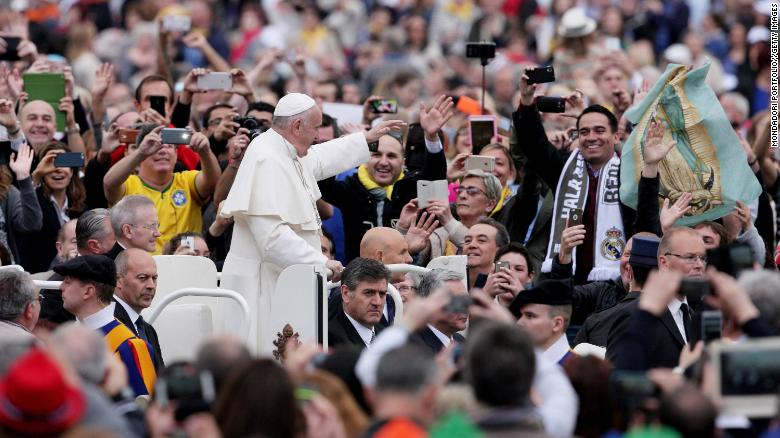 Pope Francis wants you to do him a favor. The next time you're in Mass — put down your cell phone. https://t.co/wFTpgiFeyX