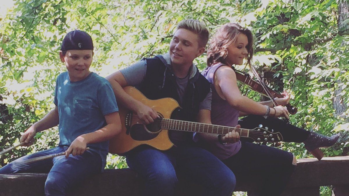 Families that play together, stay together #Renata #Music #OriginalMusic #CountryMusic #FamilyBand #Siblings #Trio #Guitar #Fiddle #Acoustic #Nashville @collinrolf @AdrienneRolf<br>http://pic.twitter.com/eaxy46CUVt