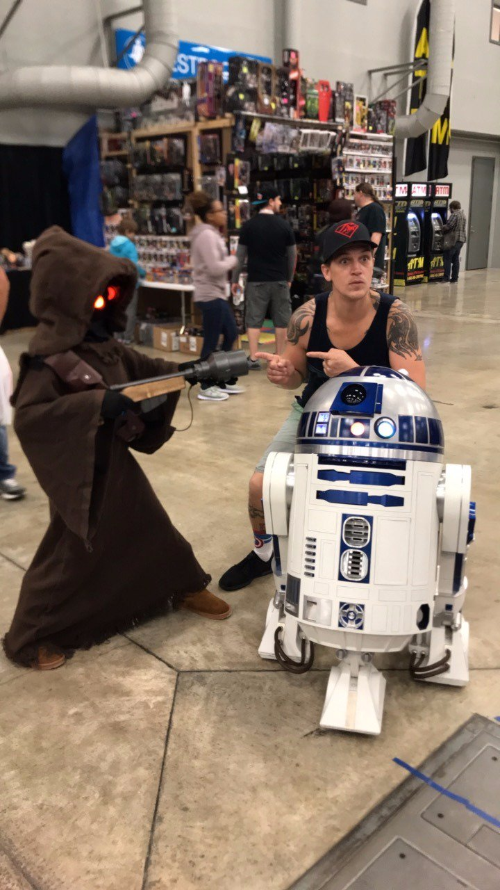 Just picked up a new R2 unit from my jawas @WizardWorld  #wizardworldaustin https://t.co/eDot5gJnEf