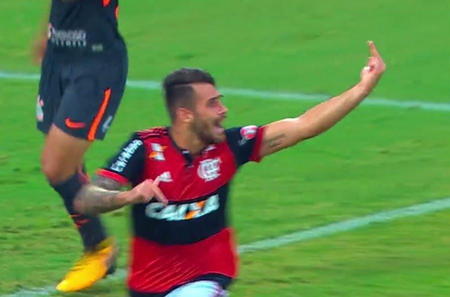 Após discussão feia entre Rhodolfo e Vizeu, atacante marca o gol, faz gesto obseceno, e zagueiro responde: 'Vou quebrar ele' https://t.co/CbOP5JGFCF