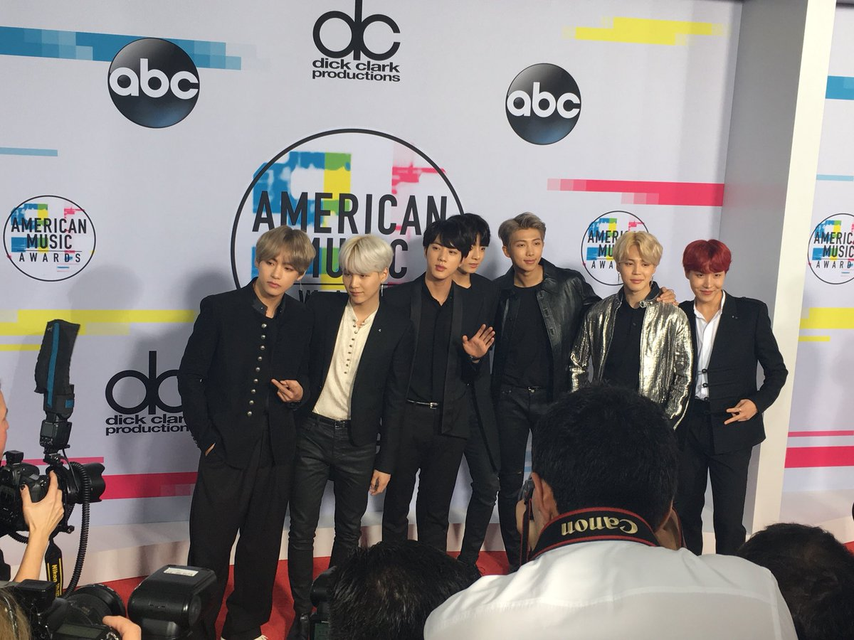 K-pop group BTS hits the red carpet at the #AMAs. https://t.co/f3cnh40Ac7