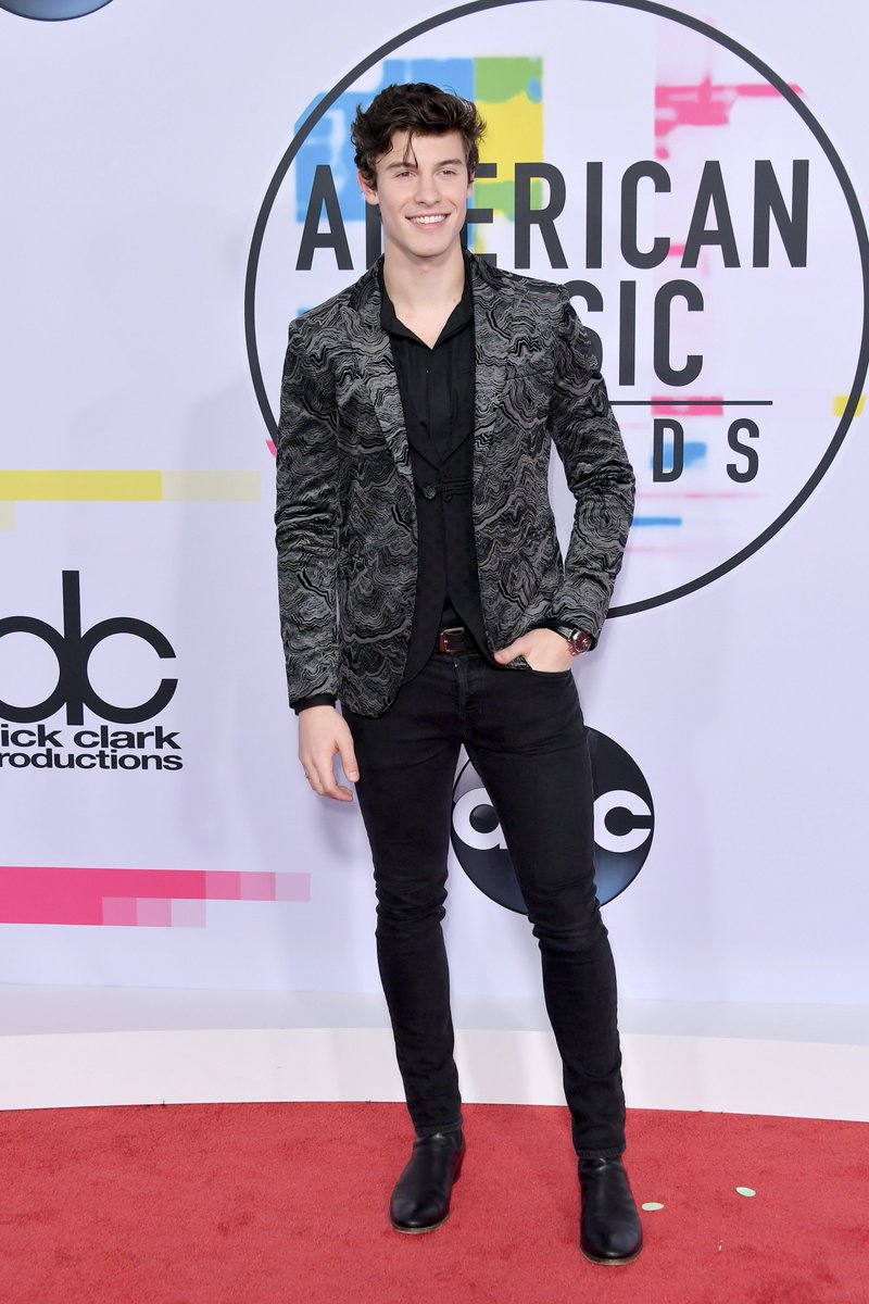 Looking oh so dapper, @ShawnMendes! 😍  #...