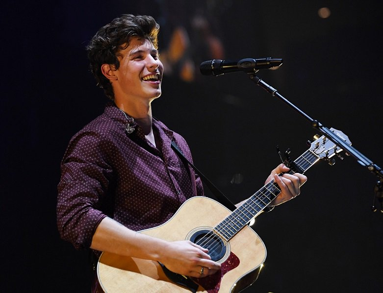 Is it just me or does @ShawnMendes get more incredible with every performance??? #AndHesOnly19YrsOld #Damn -Liss #AMAs <br>http://pic.twitter.com/Mh5Sxt3JeQ