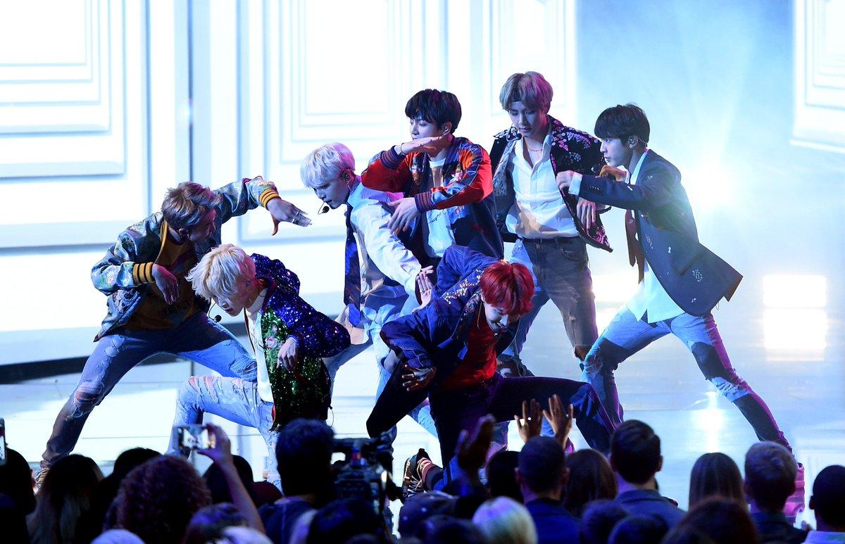 WOW. BTS REALLY WERE A GUCCI GANG, GUCCI GANG TONIGHT. #BTSxAMAs #ARMYxAMAs #AMAs #AMAs2017  ✨