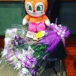 いつもの席に、戸田恵子ねいちゃんがお花を用意してくれたよ。鶴さんが大好きだったおやつだよ。今日はみん…
