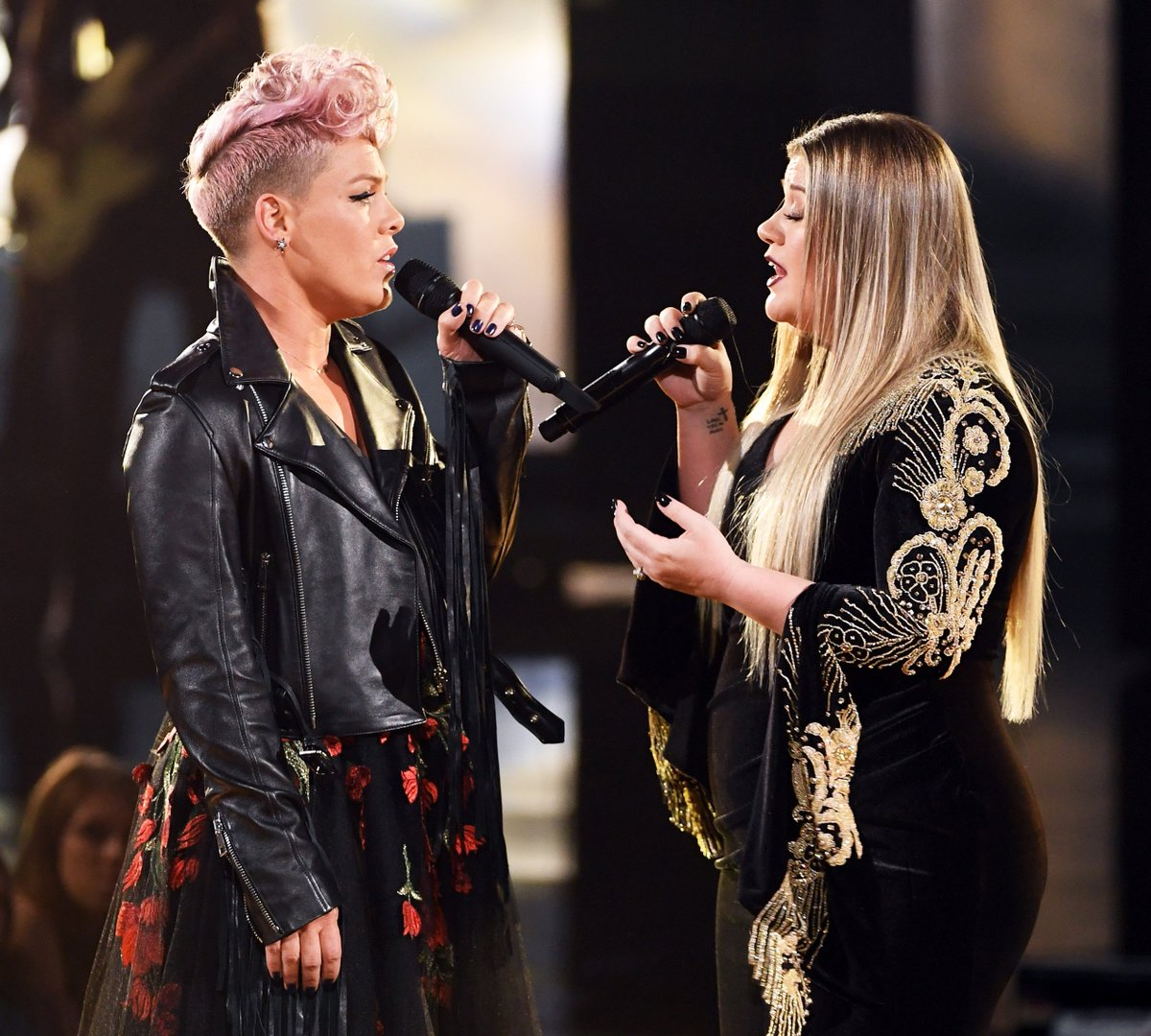 RT @AMAs: Two strong women in music 💪  @pink @kelly_clarkson #PINKxAMAs #KELLYxAMAs #AMAs https://t.co/BbMMzWss9g
