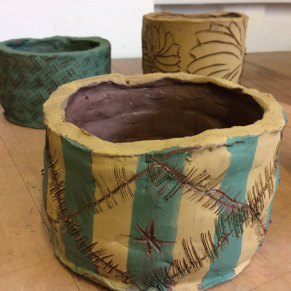 Some of the lovely work made in the Pots and Planters workshops I have been running over the past two Sundays. I cant wait to see the results once everything has been fired. #ceramics #hereford #sgraffito #clay #pots #planters <br>http://pic.twitter.com/m8kWR0ZxKC