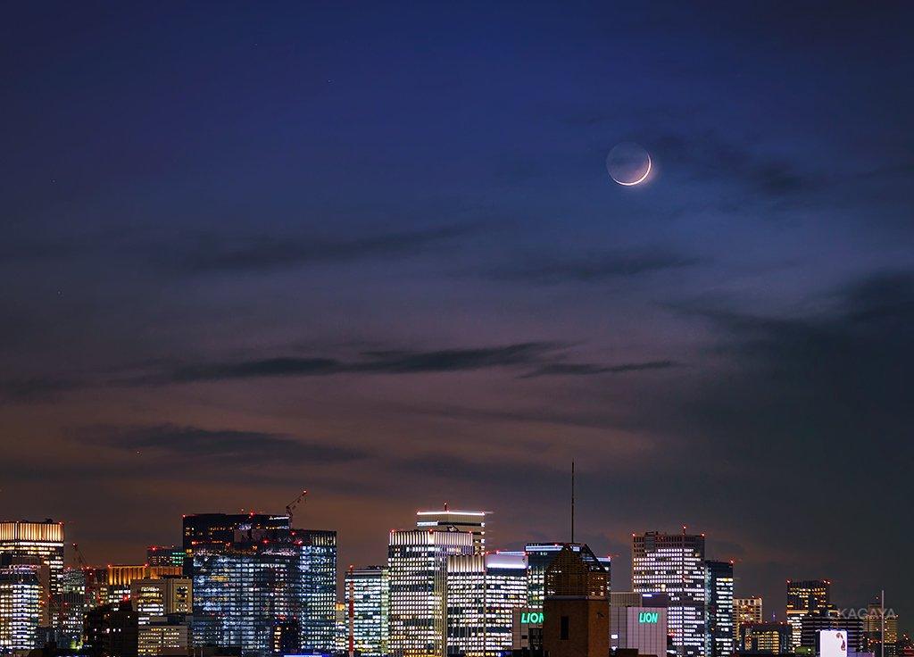 本日夕空に見えた三日月です。 地球照を抱いた細い月は、日没後の西空低くに見え、間も無く沈んでいきました。(東京にて撮影) 今日もお疲れさまでした。明日もおだやかな一日になりますように。