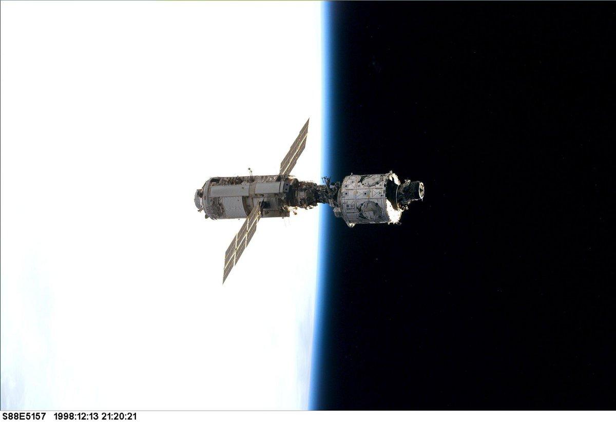 Le 20 novembre 1998, le lanceur russe Proton met en orbite Zarya, le 1er élément de la @Space_Station (à gauche sur la photo)