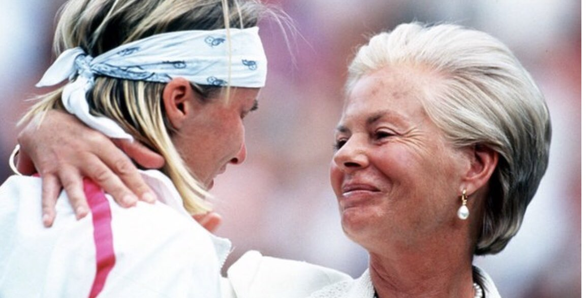 A shoulder to cry on. The defining image of Jana Novotna. So very sad, so very young. RIP https://t.co/tXV899vShR