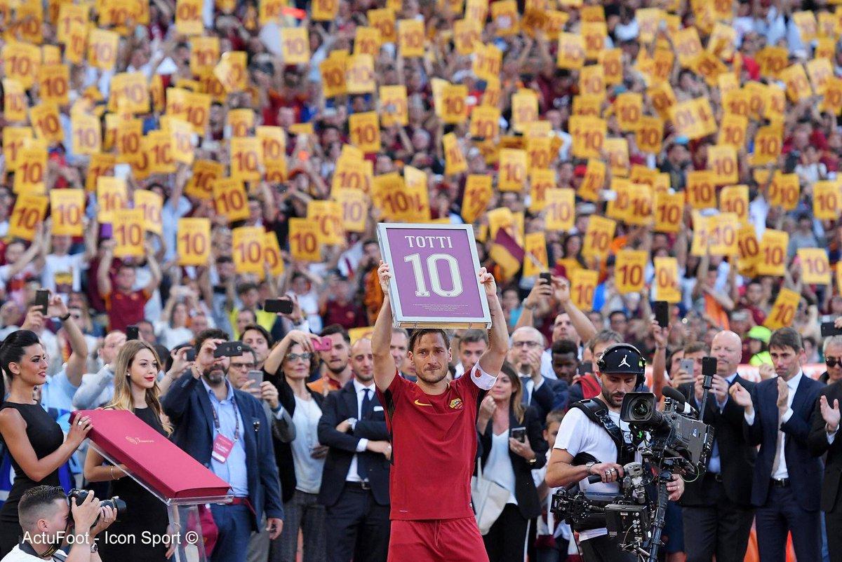 Monchi : «Quand j'ai annoncé à Totti sa retraite que son contrat ne serait pas renouvelé, j'avais les jambes qui tremblaient, car je ne le disais pas à n'importe qui, mais à Francesco Totti.»