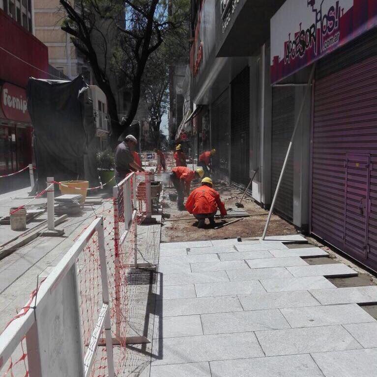 RT @MuniCba: Continúan los trabajos en la Peatonal 9 Julio. Nuevas veredas, pérgolas, canteros y mejor iluminación. https://t.co/0MngnnZgMZ