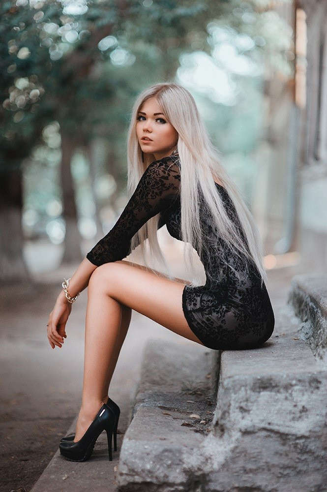 blonde-girls-in-heels