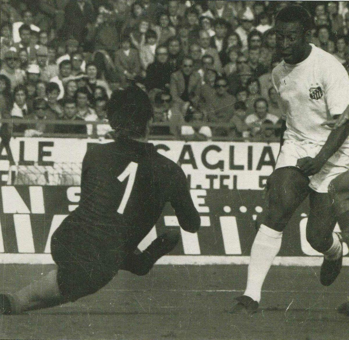 #Cagliari 2-3 #Santos (1972) Goalkeeper #EnricoAlbertosi and #Pelé<br>http://pic.twitter.com/qTFB9Jz6FJ