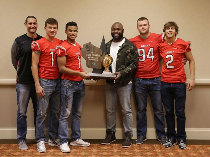 Fantastic to recognize @Maker_Football&#39;s WIAA title &amp; 70-game winning streak during tonight&#39;s #Clubhouse Live. Congrats again - and thanks - to @CoachJonesKHS, @Alec_Rosner, @DJ_Stew20, @Boyd_Dietzen76 &amp; @MaxDorn1. @TyMontgomery2 was digging it, too!<br>http://pic.twitter.com/xp29n3pSuU