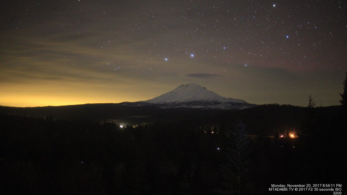 Faint camera-only red #aurora popping up over clouds at Mt. Adams Washington webcam. #northernlights    http:// mtadams.tv / &nbsp;  <br>http://pic.twitter.com/NKJfo2OyVQ