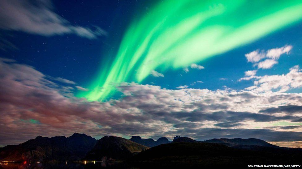 The Northern lights over the Lofoten Islands in the Arctic Circle. Photo taken 8 Sept.- BBC Weather  https:// buff.ly/2ispZjI  &nbsp;   #Northernlights #StormHour<br>http://pic.twitter.com/skX93SNAqE