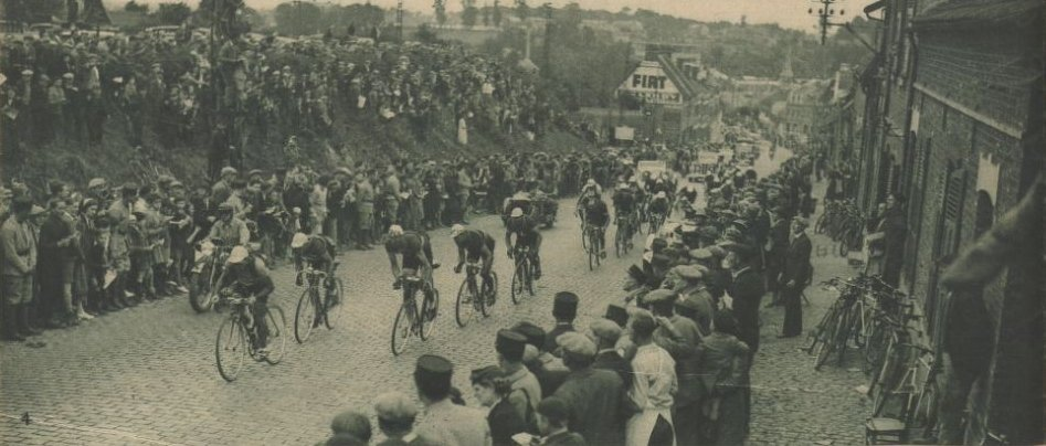 Let´s go some cobbles on a small hill inside the ville of Arras 80 years ago! #ciclismo #cycling #cyclisme #oldies #vintage #Tour #TDF [ Le Miroir des Sports]<br>http://pic.twitter.com/r4xOvB0kUz